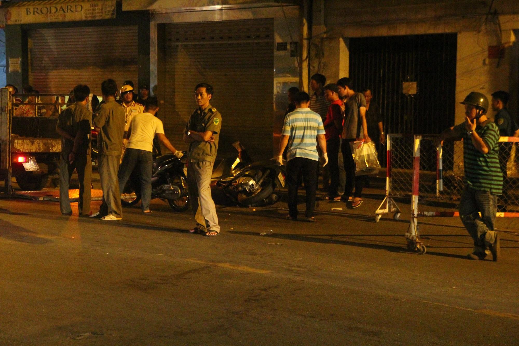 Hiện trường vụ băng trộm SH đâm chết 2 người ở Sài Gòn - Ảnh 3.