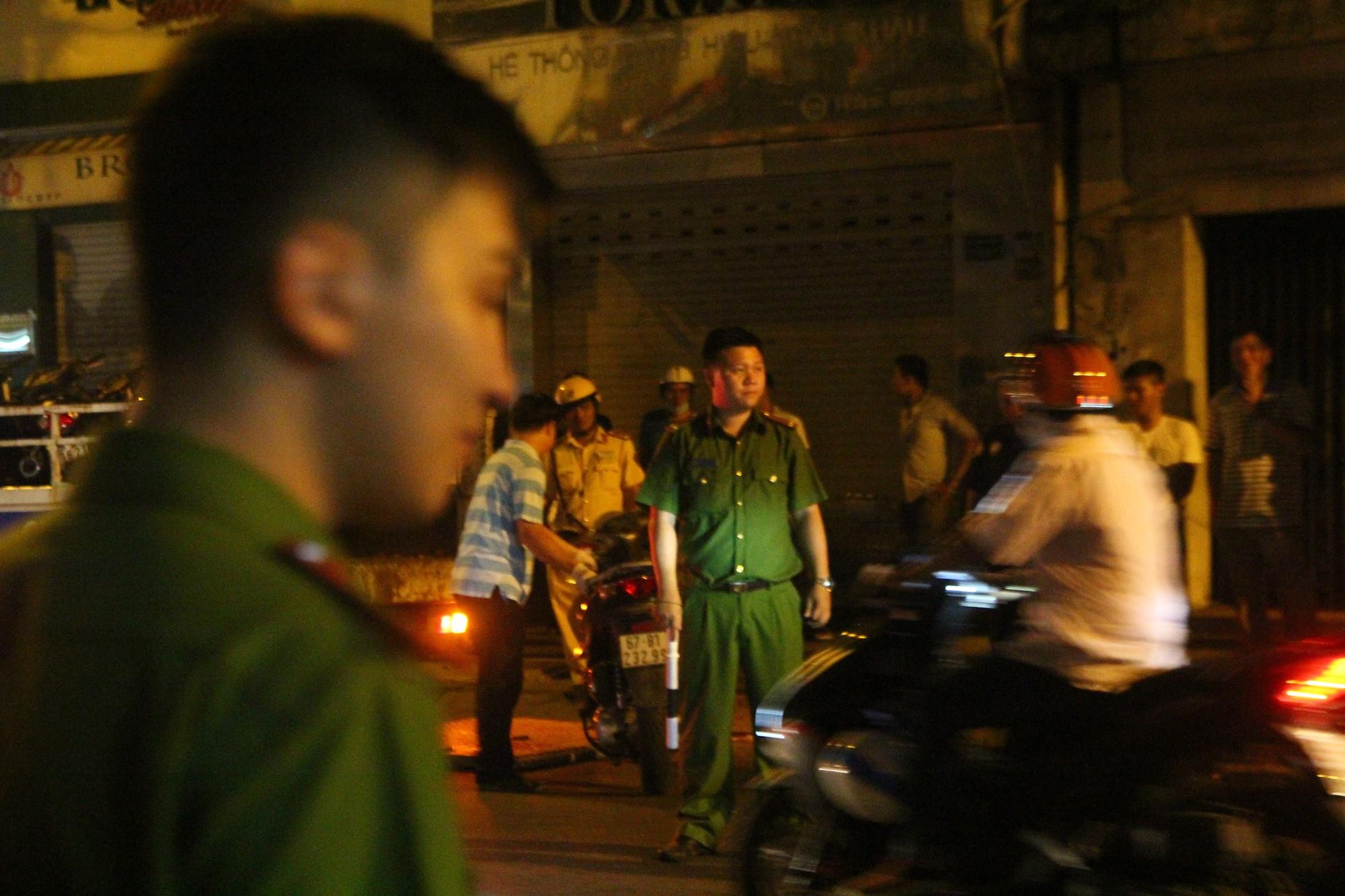 Hiện trường vụ băng trộm SH đâm chết 2 người ở Sài Gòn - Ảnh 1.