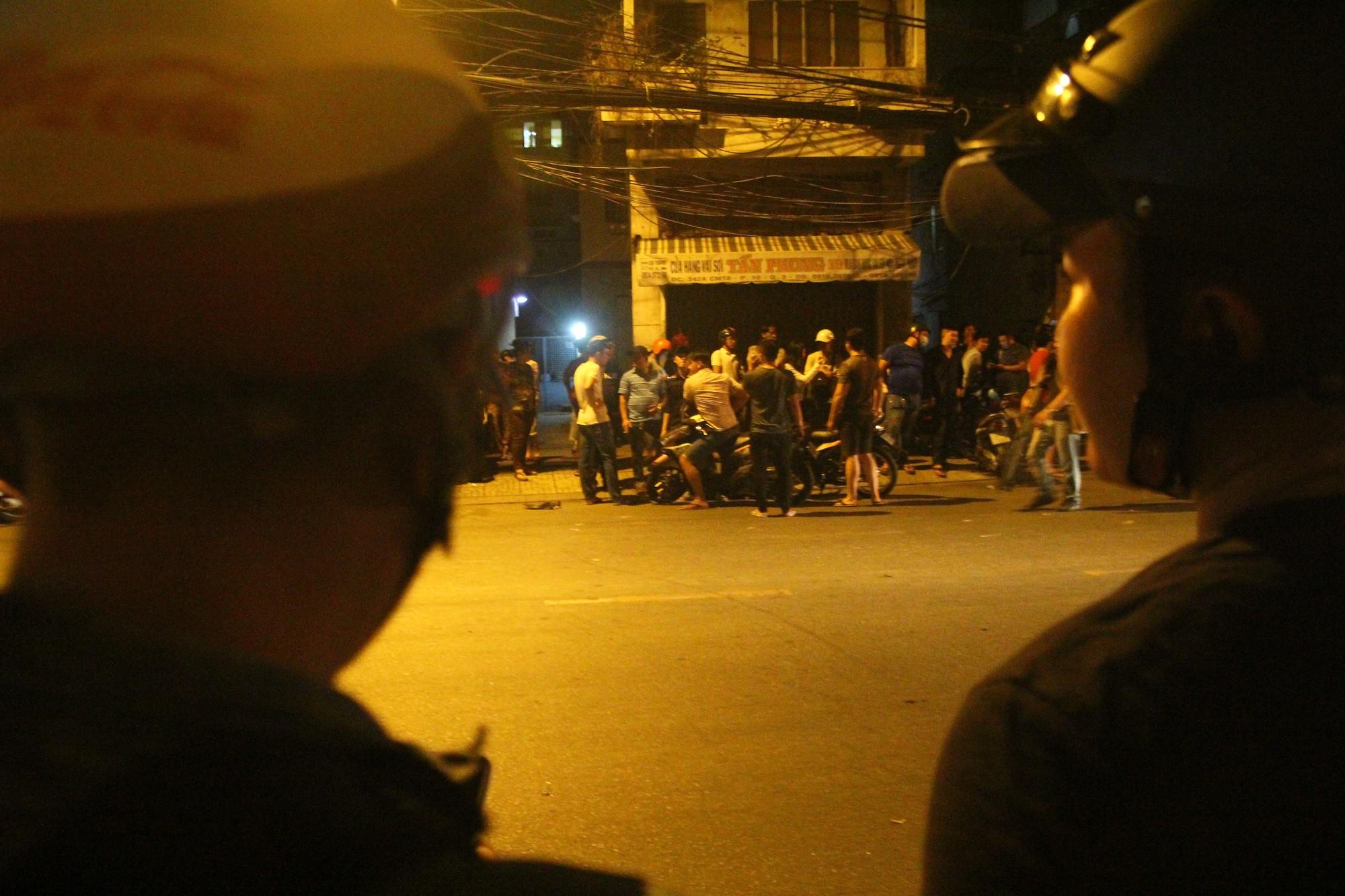 Hiện trường vụ băng trộm SH đâm chết 2 người ở Sài Gòn - Ảnh 2.