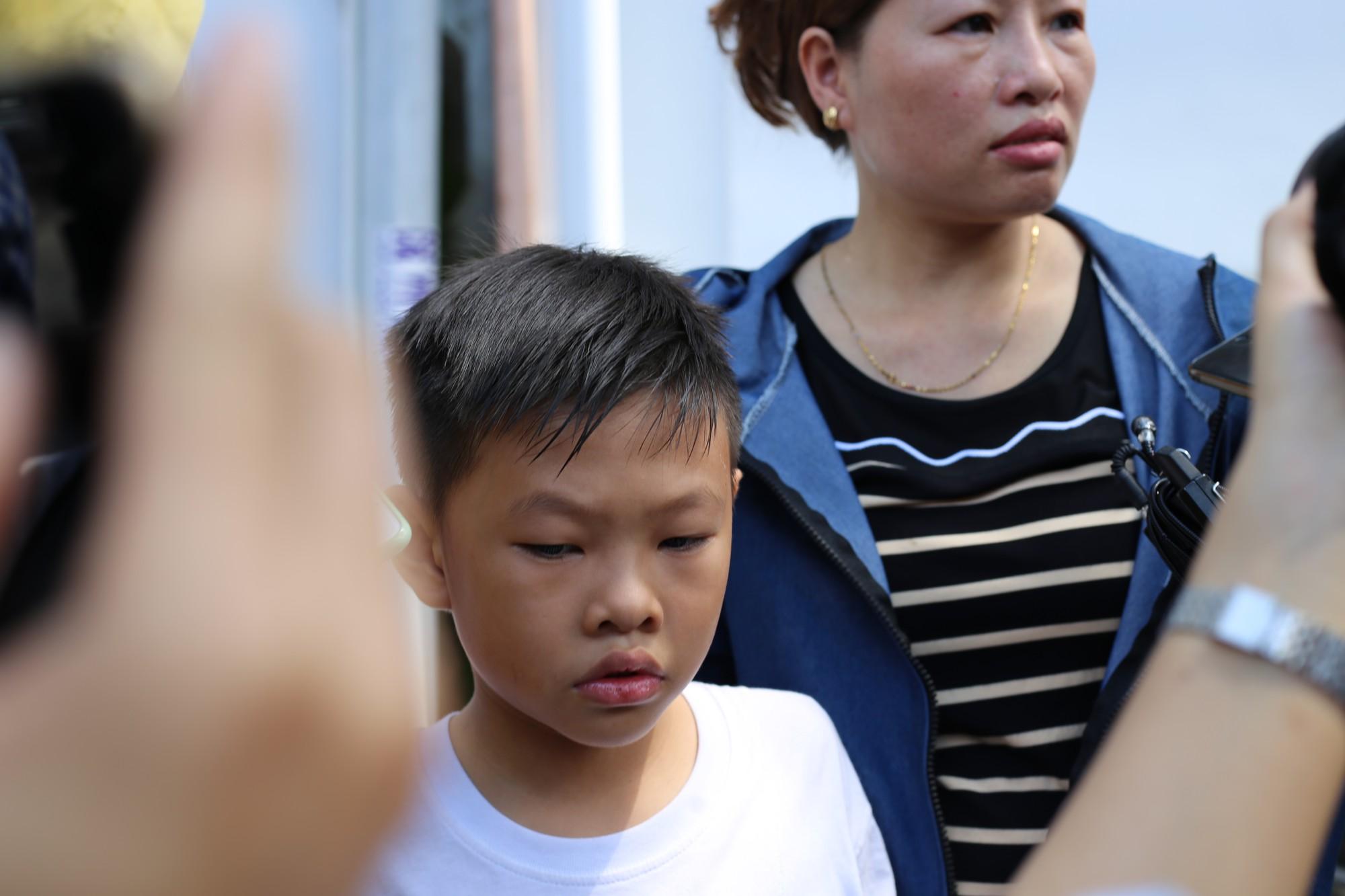 Vợ sắp cưới của hiệp sĩ Nguyễn Hoàng Nam khóc ngất bên linh cữu của chồng - Ảnh 2.