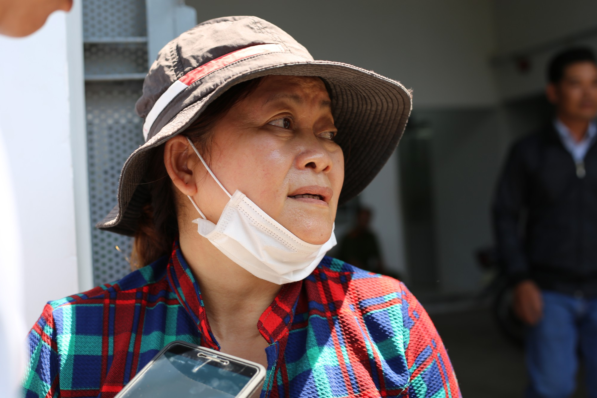 Vợ sắp cưới của hiệp sĩ Nguyễn Hoàng Nam khóc ngất bên linh cữu của chồng - Ảnh 3.