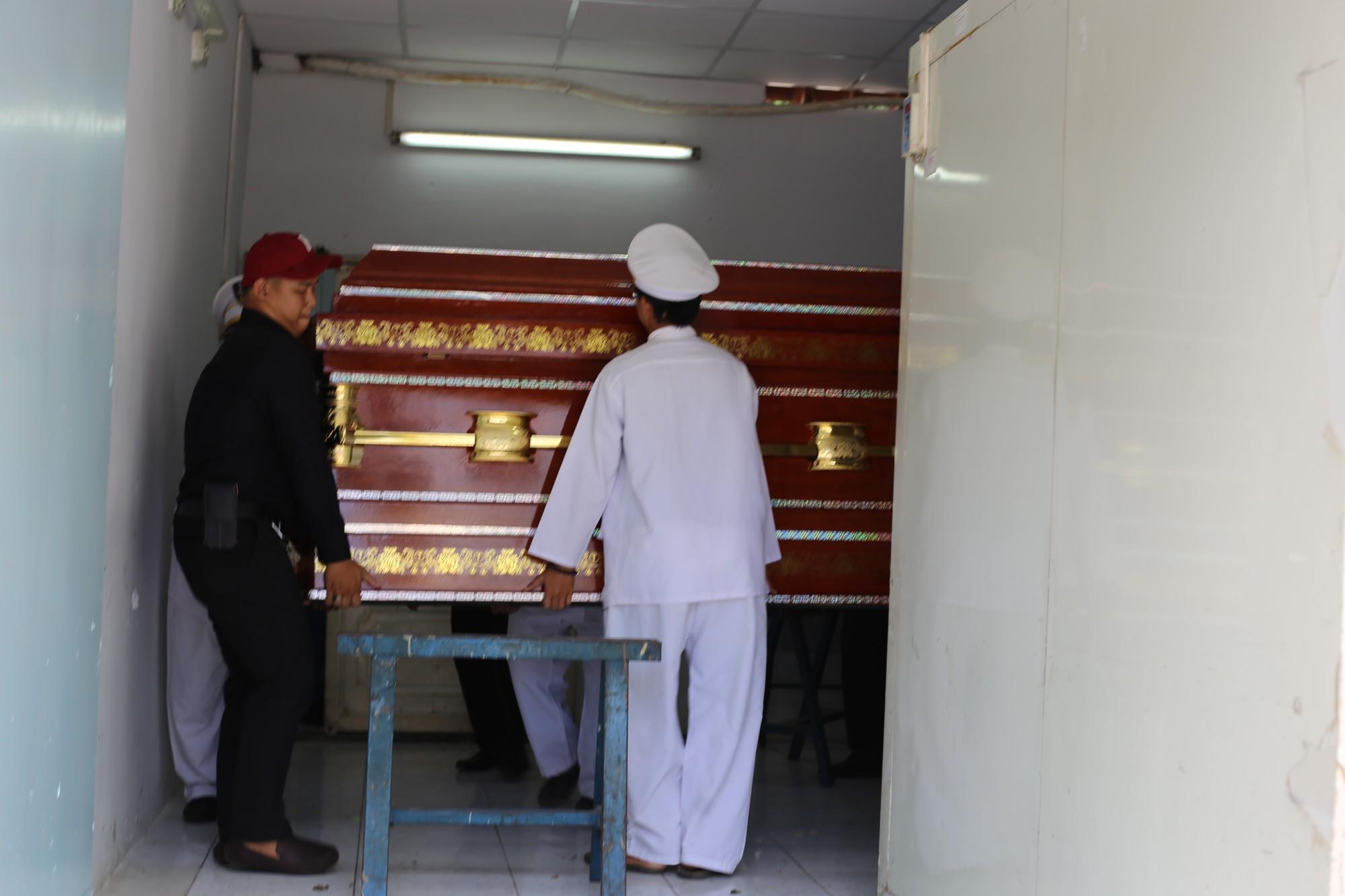 Vợ sắp cưới của hiệp sĩ Nguyễn Hoàng Nam khóc ngất bên linh cữu của chồng - Ảnh 9.
