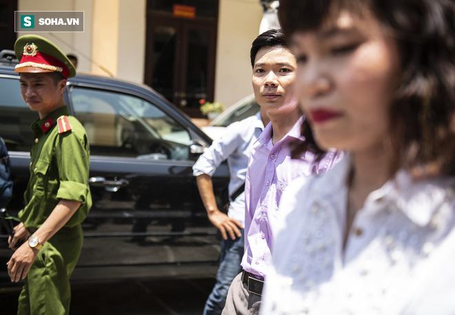 Nóng: Rời phòng xử án, BS Hoàng Công Lương khẳng định không đồng ý với toàn bộ cáo trạng - Ảnh 2.