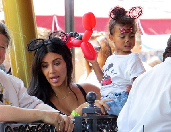 """Con gái Kim """"siêu vòng ba"""": 5 tuổi đã sở hữu tủ đồ hiệu hàng chục tỷ, đi phi cơ riêng - Ảnh 12."""