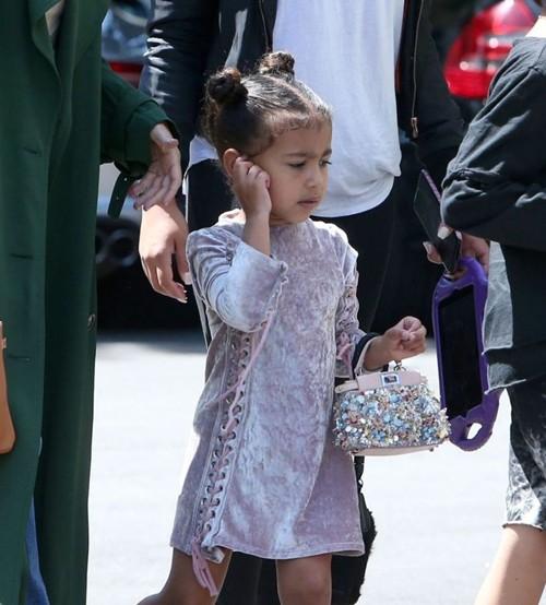 """Con gái Kim """"siêu vòng ba"""": 5 tuổi đã sở hữu tủ đồ hiệu hàng chục tỷ, đi phi cơ riêng - Ảnh 8."""