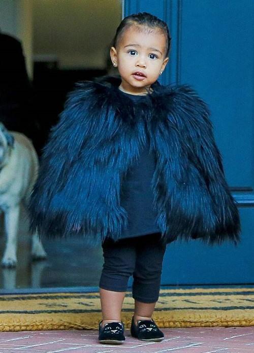 """Con gái Kim """"siêu vòng ba"""": 5 tuổi đã sở hữu tủ đồ hiệu hàng chục tỷ, đi phi cơ riêng - Ảnh 6."""