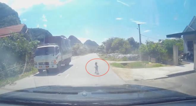 Thót tim cảnh em bé bò trước mặt ô tô trên quốc lộ ở Nghệ An - Ảnh 3.