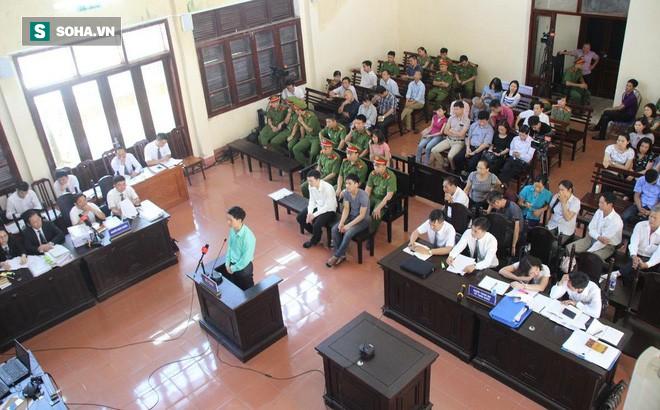 BS Hoàng Công Lương không tin Viện kiểm sát và xin giữ quyền im lặng, cả hội trường vỗ tay - Ảnh 1.