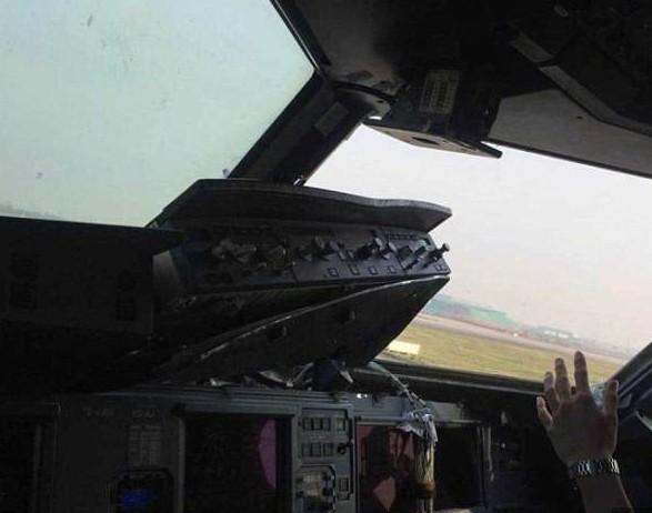 Viên phi công anh hùng kể lại thời khắc cơ phó bị hút ra ngoài không trung - Ảnh 2.