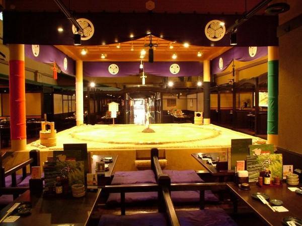 Nhà hàng sumo ở Nhật Bản, nơi thực khách thách đấu các võ sĩ - Ảnh 3.