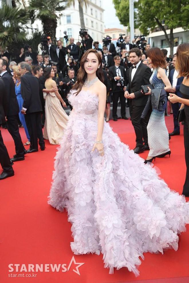 Cận cảnh khoảnh khắc lật mặt như bánh tráng của Jessica khi bị đuổi khéo vì câu giờ tạo dáng trên thảm đỏ Cannes - ảnh 12