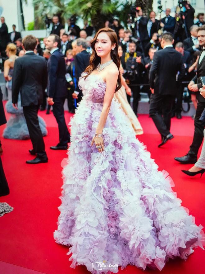Cận cảnh khoảnh khắc lật mặt như bánh tráng của Jessica khi bị đuổi khéo vì câu giờ tạo dáng trên thảm đỏ Cannes - ảnh 13