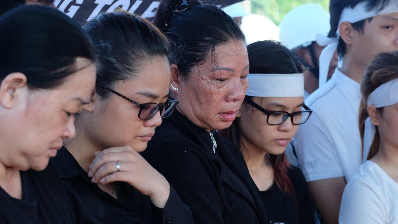Người vợ chưa kịp mặc áo cưới của hiệp sĩ bị đâm tử vong ở Sài Gòn khóc nghẹn trong lễ tang chồng  - Ảnh 10.
