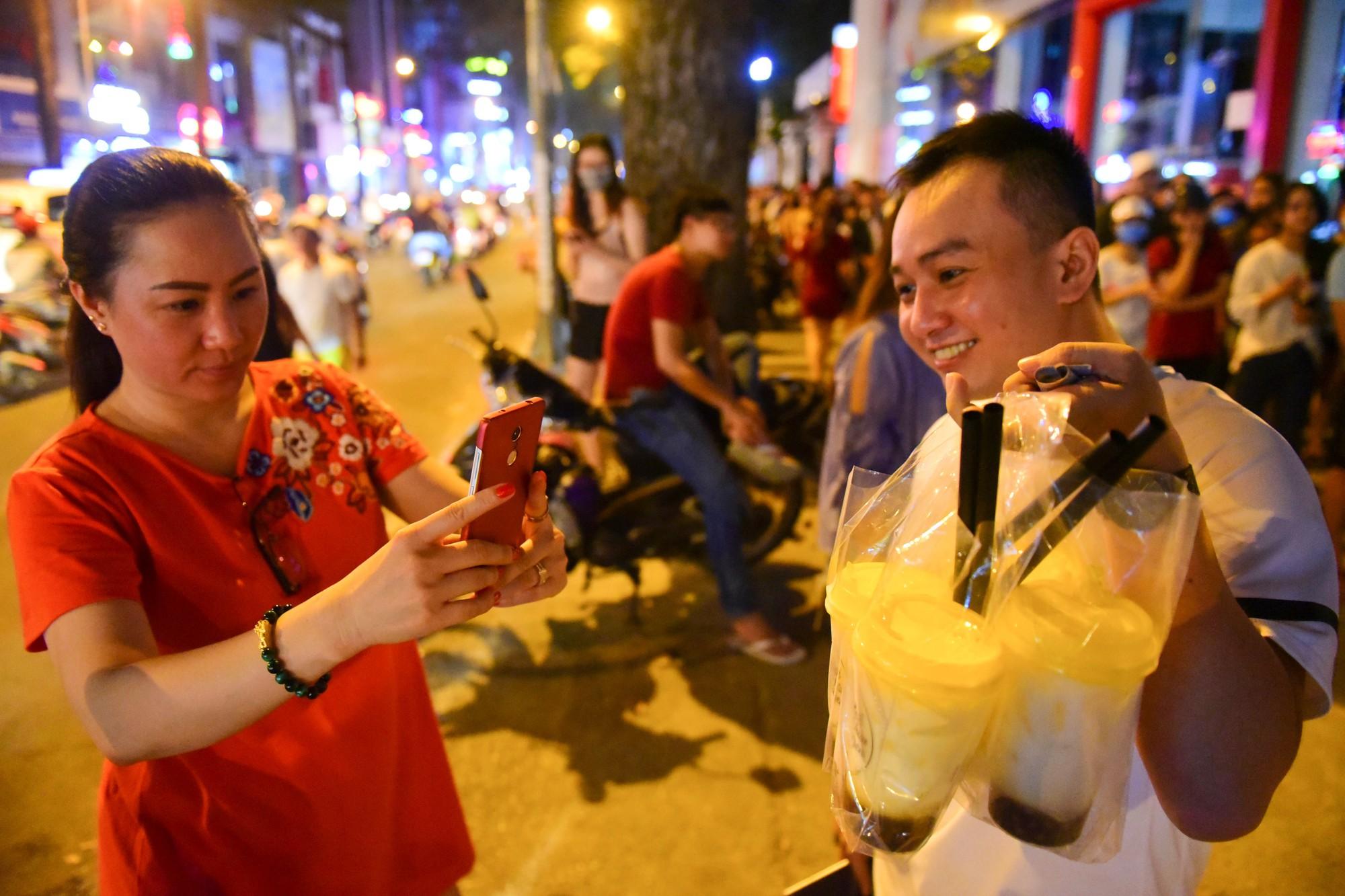 Người Sài Gòn xếp hàng kín vỉa hè chờ mua sữa tươi trân châu đường đen - Ảnh 8.