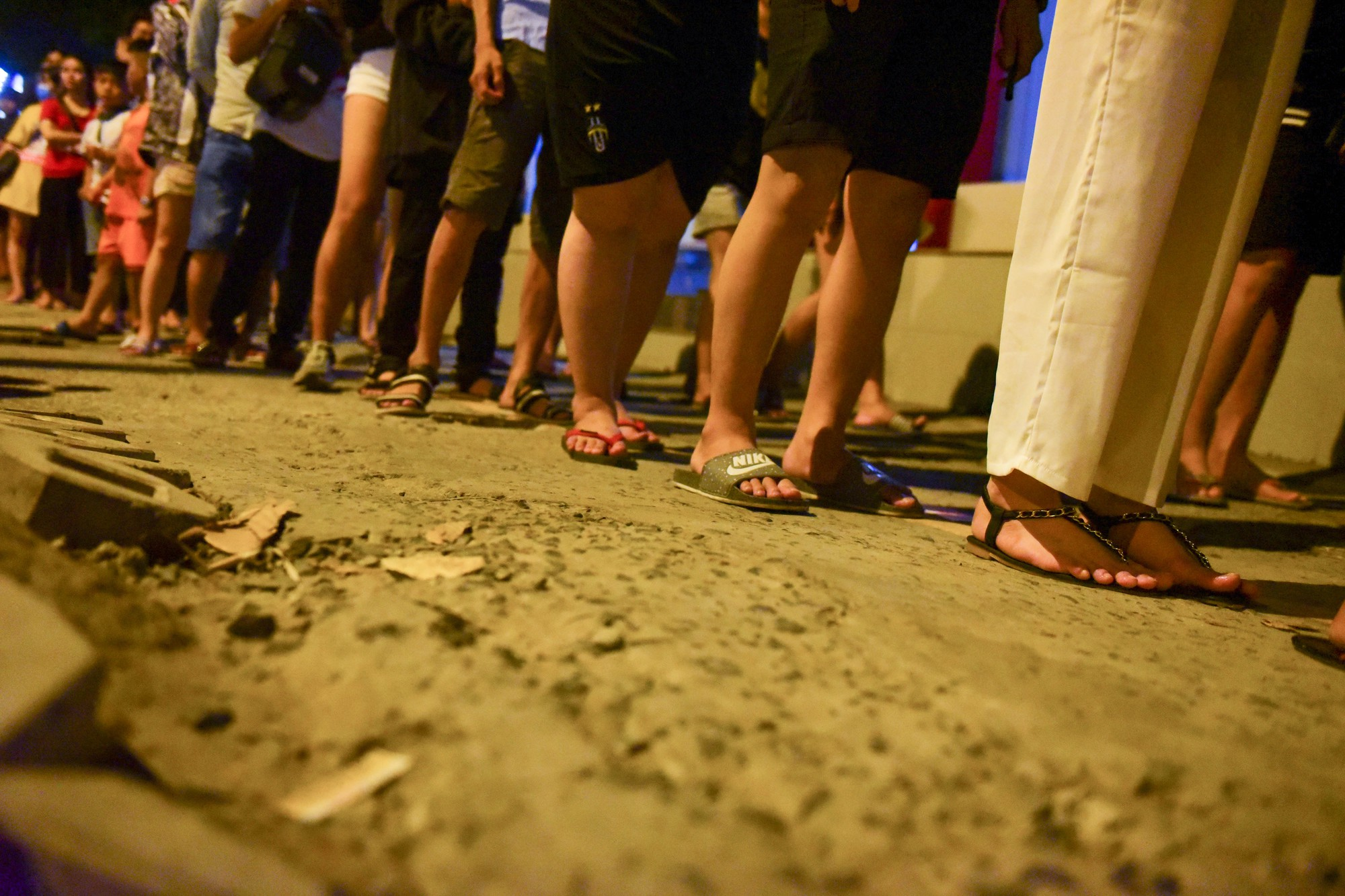 Người Sài Gòn xếp hàng kín vỉa hè chờ mua sữa tươi trân châu đường đen - Ảnh 9.