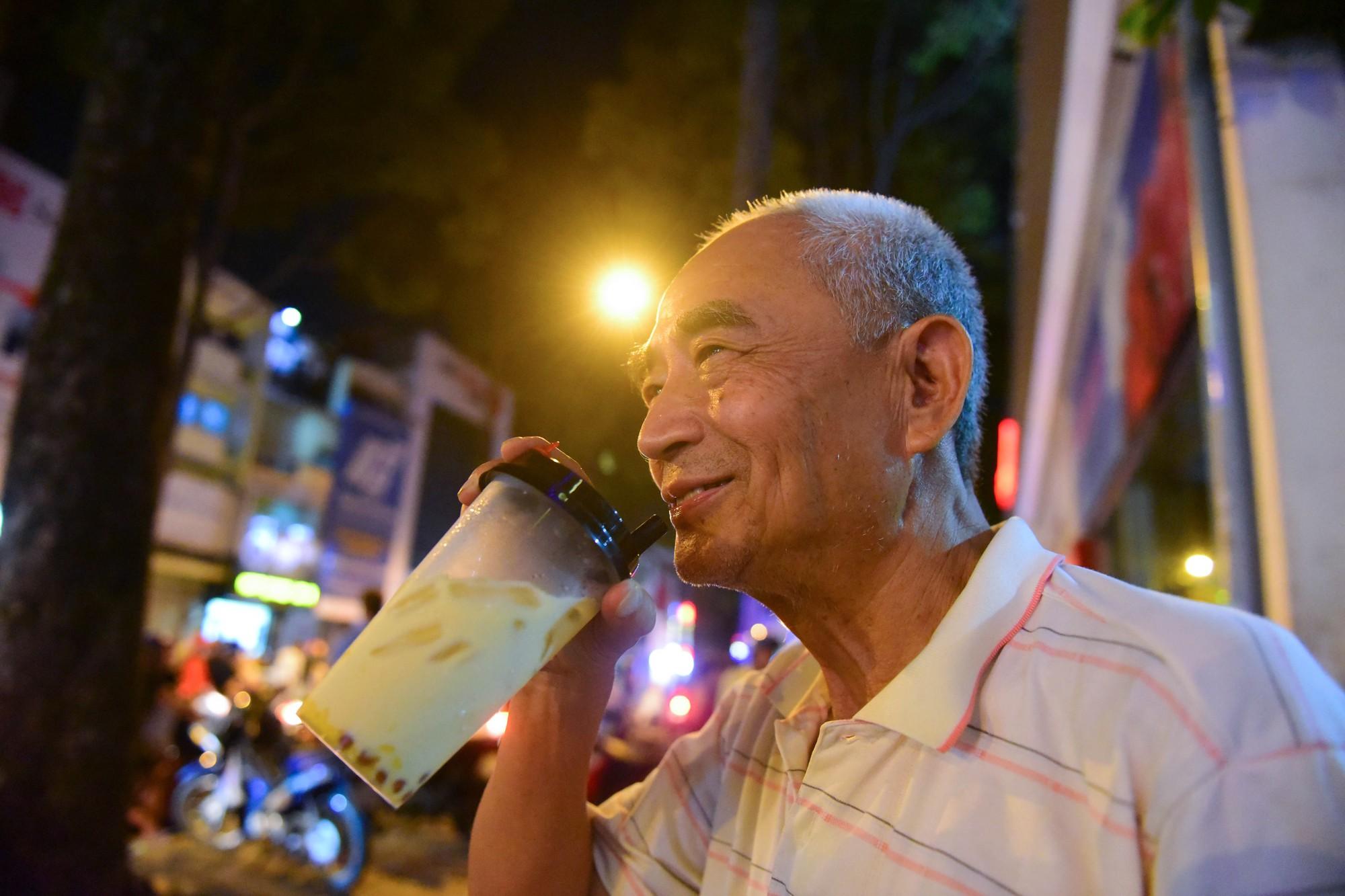 Người Sài Gòn xếp hàng kín vỉa hè chờ mua sữa tươi trân châu đường đen - Ảnh 11.