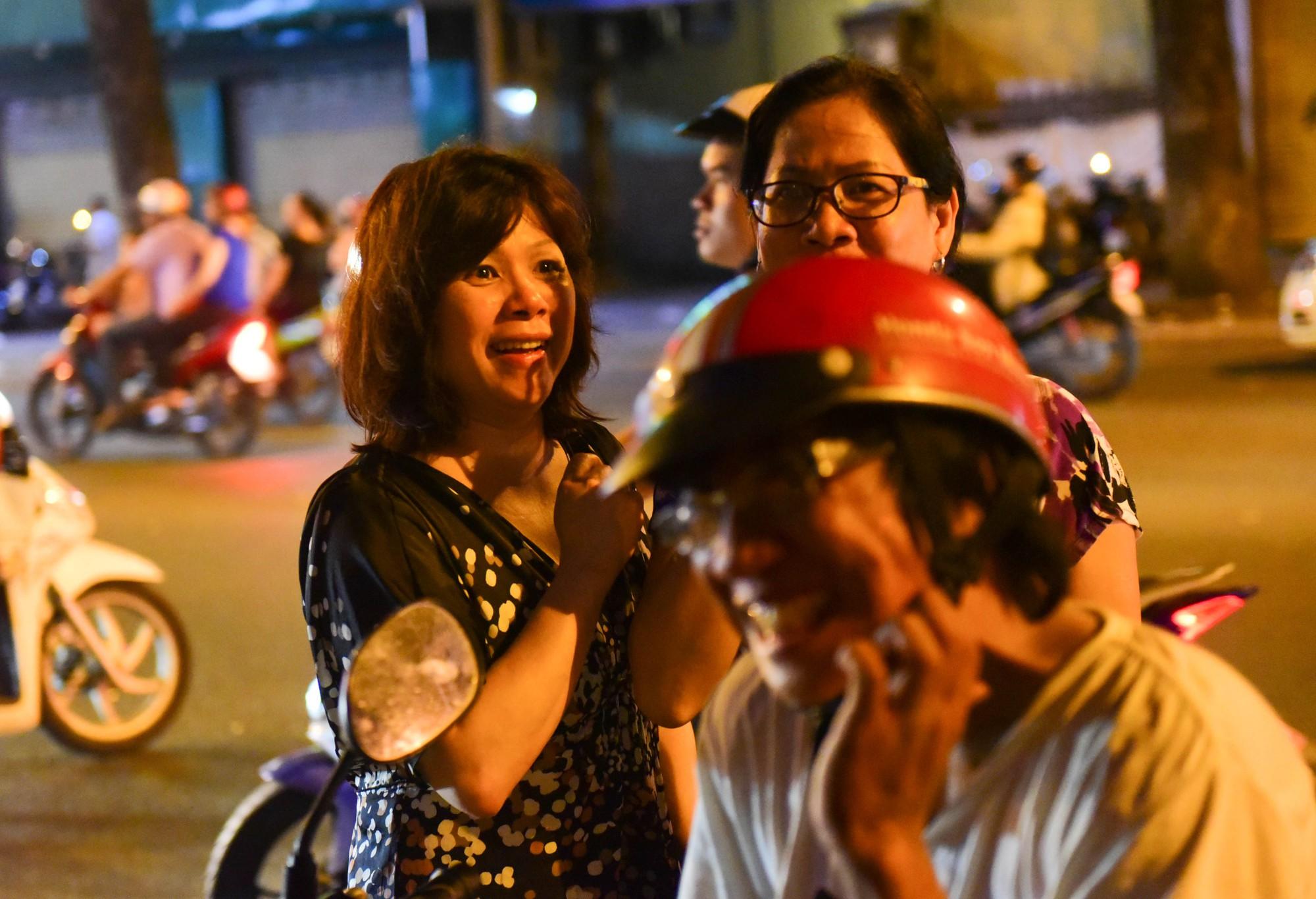 Người Sài Gòn xếp hàng kín vỉa hè chờ mua sữa tươi trân châu đường đen - Ảnh 2.
