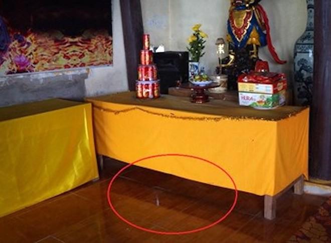 Clip: 2 tên trộm khiêng két ra phá lấy tiền công đức ngay tại chùa - Ảnh 2.