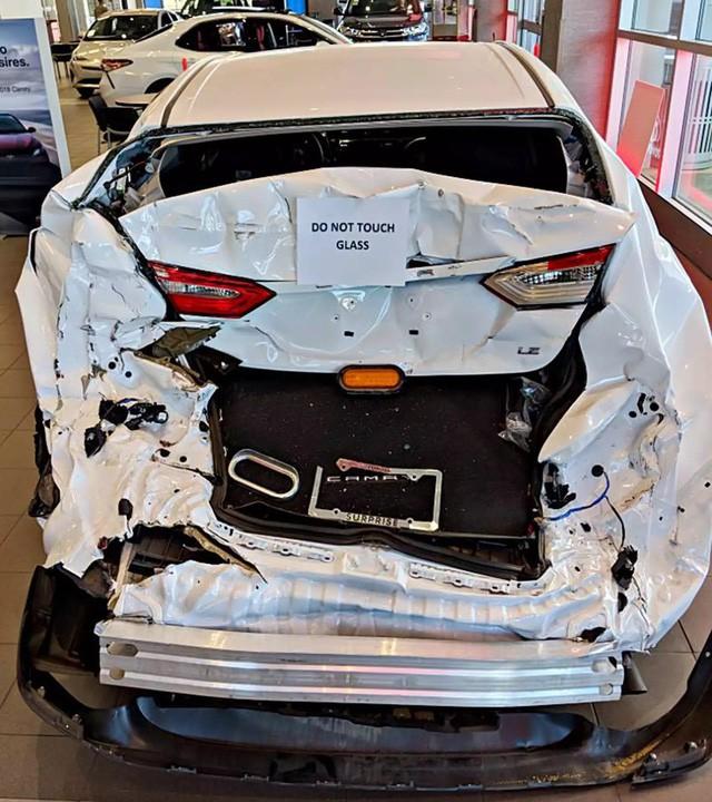 Vì sao đại lý Toyota lại trưng bày chiếc Camry tai nạn nhàu nát như thế này? - Ảnh 1.