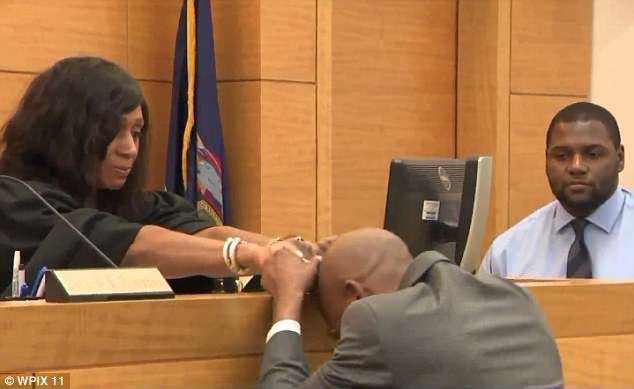 Người đàn ông khóc nức nở khi được minh oan tội giết người sau 27 năm - Ảnh 2.