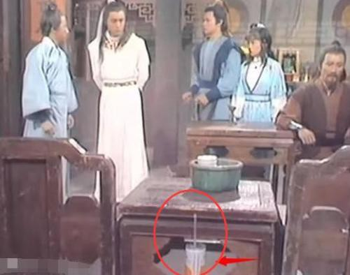 Phim cổ trang Hoa ngữ gây cười vì sạn vô lý: Thời cổ có cần cẩu, điện thoại di động - Ảnh 1.