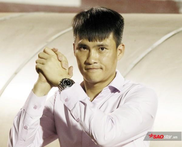 Công Vinh bị ông Nguyễn Lân Trung, HLV Hải lơ bắt nạt trong Phút 89 - Ảnh 1.