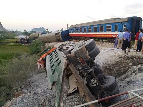Hiện trường vụ tai nạn tàu hỏa kinh hoàng làm 2 người chết, 8 người bị thương ở Thanh Hóa - Ảnh 9.