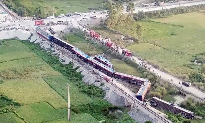 Hiện trường vụ tai nạn tàu hỏa kinh hoàng làm 2 người chết, 8 người bị thương ở Thanh Hóa - Ảnh 4.