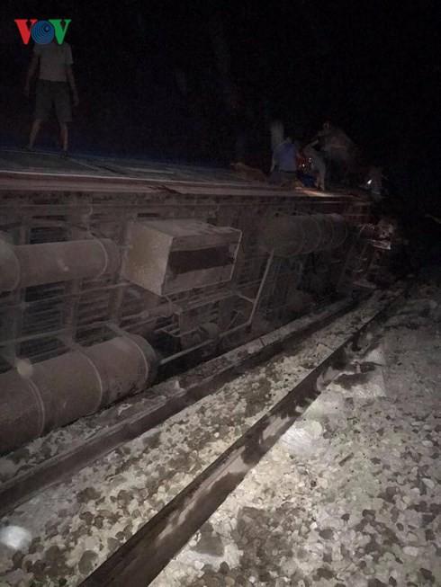 Hiện trường vụ tai nạn tàu hỏa kinh hoàng làm 2 người chết, 8 người bị thương ở Thanh Hóa - Ảnh 14.