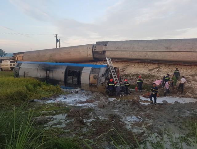 Hiện trường vụ tai nạn tàu hỏa kinh hoàng làm 2 người chết, 8 người bị thương ở Thanh Hóa - Ảnh 3.