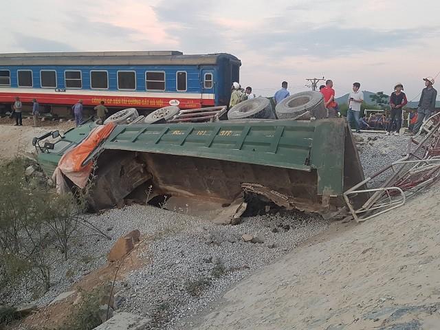Hiện trường vụ tai nạn tàu hỏa kinh hoàng làm 2 người chết, 8 người bị thương ở Thanh Hóa - Ảnh 8.