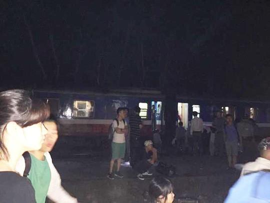 Hiện trường vụ tai nạn tàu hỏa kinh hoàng làm 2 người chết, 8 người bị thương ở Thanh Hóa - Ảnh 12.