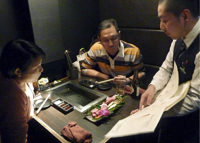 Nhật Bản: Gọi món đã lâu không thấy phục vụ mang ra, khách ghé mắt vào bếp xem thấy cảnh tượng hãi hùng - Ảnh 1.