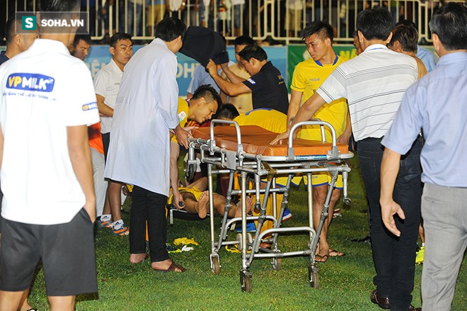 Sau pha va chạm nguy hiểm với trung vệ HAGL, cầu thủ SLNA nhập viện cấp cứu 2