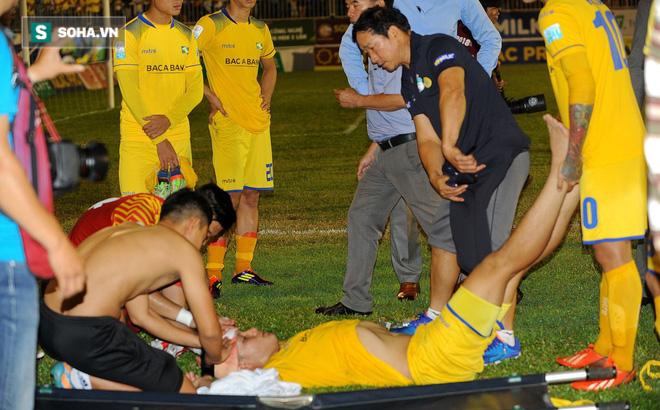Sau pha va chạm nguy hiểm với trung vệ HAGL, cầu thủ SLNA nhập viện cấp cứu 1