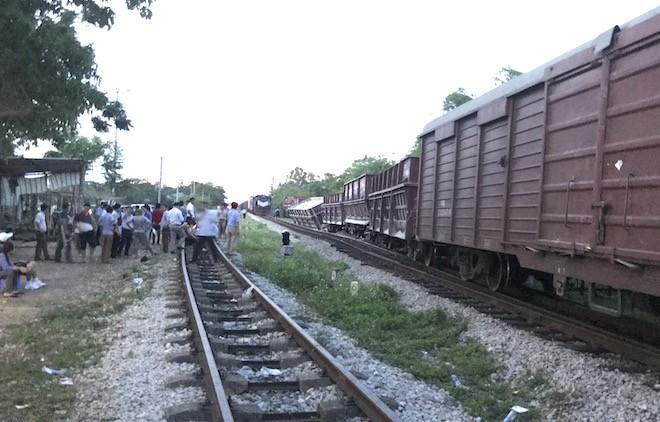 Đường sắt Bắc - Nam lại tắc nghẽn vì 2 toa tàu trật bánh, lật nghiêng ở Nghệ An 5