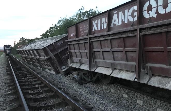Đường sắt Bắc - Nam lại tắc nghẽn vì 2 toa tàu trật bánh, lật nghiêng ở Nghệ An 2