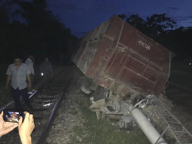 Đường sắt Bắc - Nam lại tắc nghẽn vì 2 toa tàu trật bánh, lật nghiêng ở Nghệ An 7