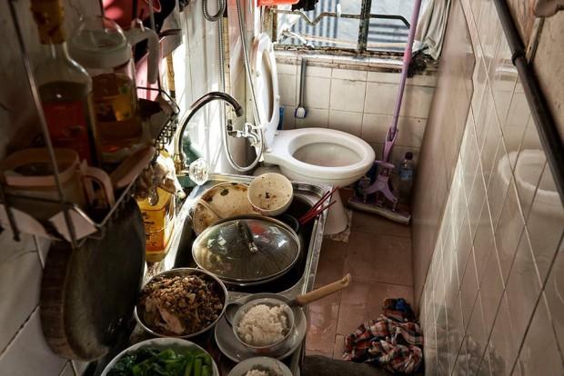 Cảnh sống chui rúc, nơi toilet chung khu nấu nướng trong những căn nhà quan tài - Ảnh 11.