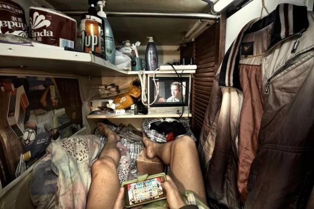 Cảnh sống chui rúc, nơi toilet chung khu nấu nướng trong những căn nhà quan tài - Ảnh 4.