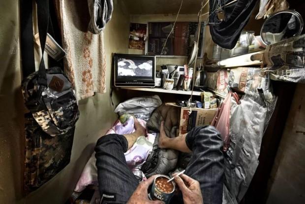 Cảnh sống chui rúc, nơi toilet chung khu nấu nướng trong những căn nhà quan tài - Ảnh 6.