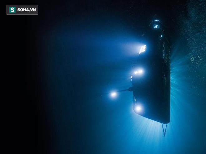 Thám hiểm vực Mariana sâu 11.000m: Đạo diễn Titanic như bị nhét vào trong 1 quả óc chó - Ảnh 1.
