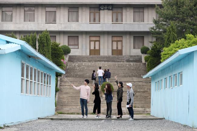 Du khách đổ bộ Bàn Môn Điếm, thử bắt tay xuyên biên giới như hai ông Kim - Moon - Ảnh 4.