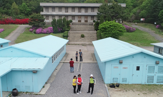 Du khách đổ bộ Bàn Môn Điếm, thử bắt tay xuyên biên giới như hai ông Kim - Moon - Ảnh 1.