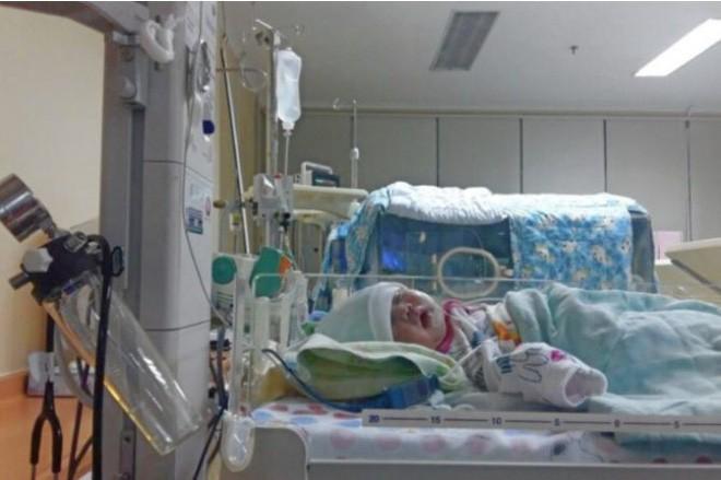 Em bé bị hơn 30 cơn co giật mỗi ngày và được bác sĩ chẩn đoán mắc phải hội chứng cực hiếm gặp - Ảnh 2.