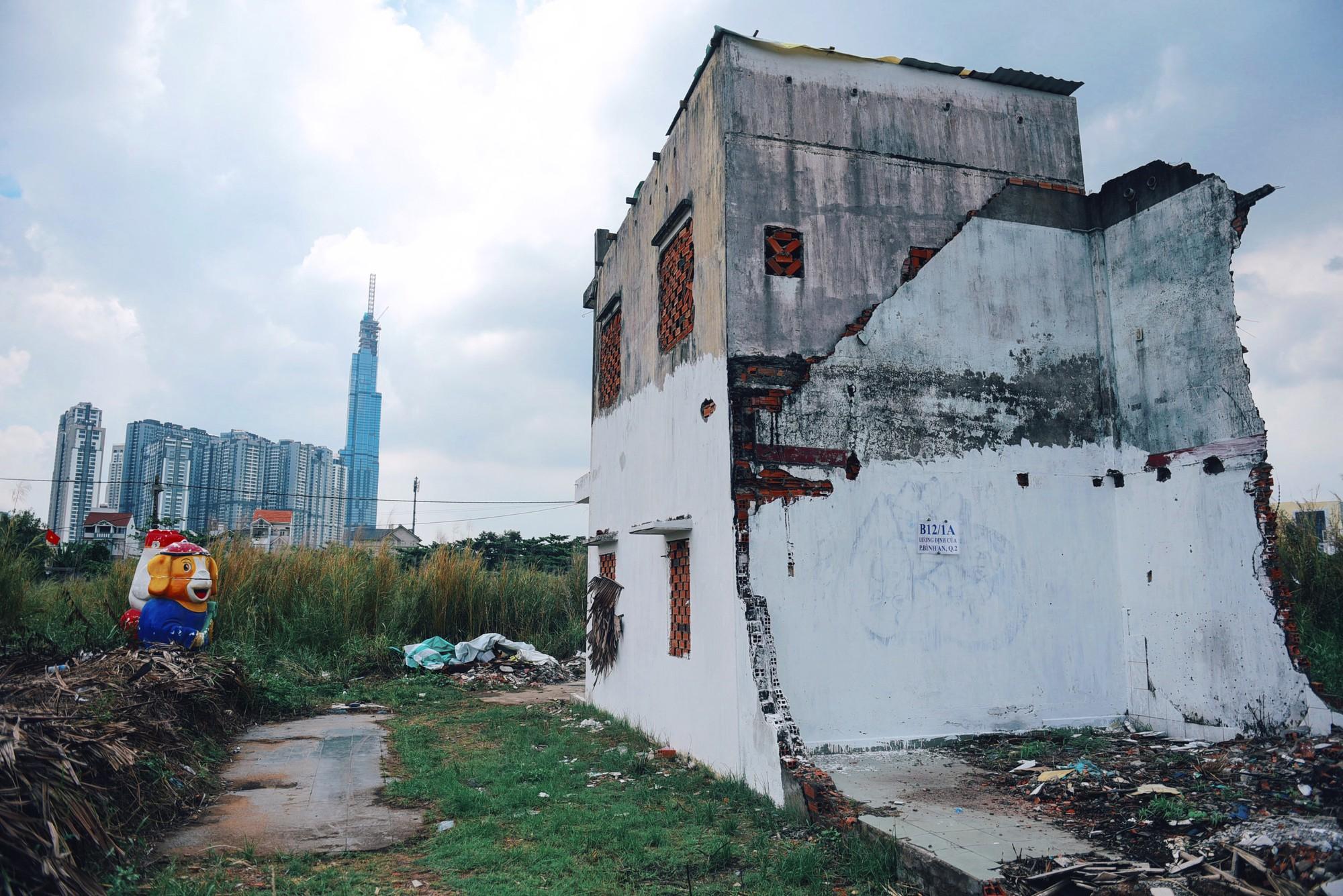Người dân bám trụ Thủ Thiêm sống trơ trọi giữa những căn nhà đổ nát  - Ảnh 4.