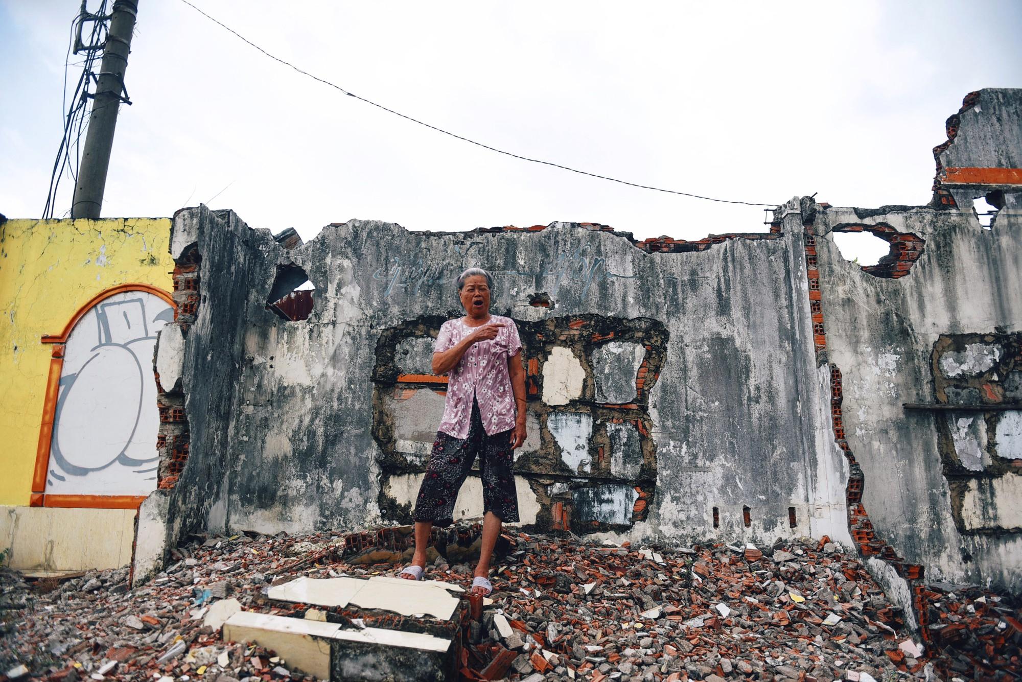 Người dân bám trụ Thủ Thiêm sống trơ trọi giữa những căn nhà đổ nát  - Ảnh 10.