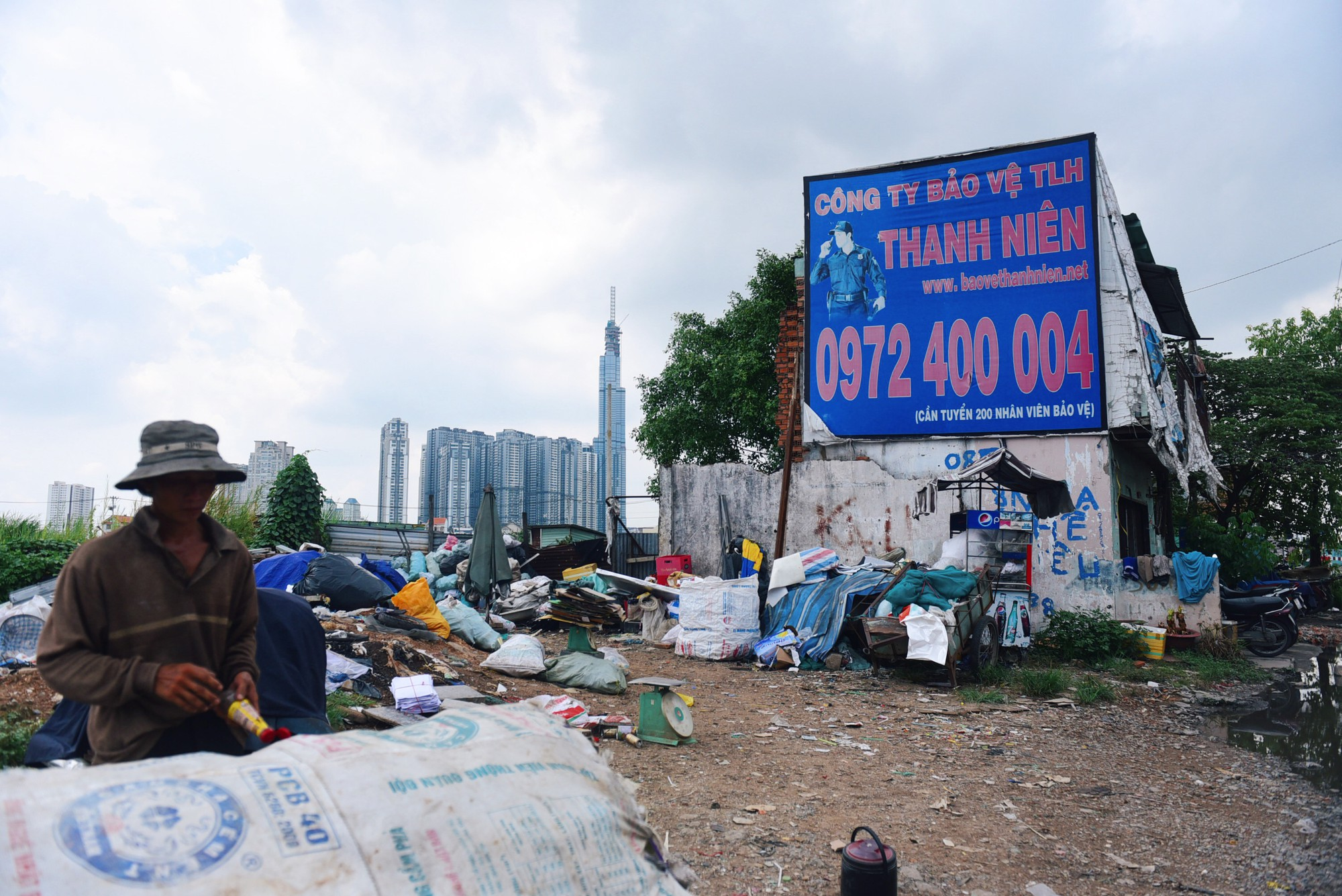 Người dân bám trụ Thủ Thiêm sống trơ trọi giữa những căn nhà đổ nát  - Ảnh 16.