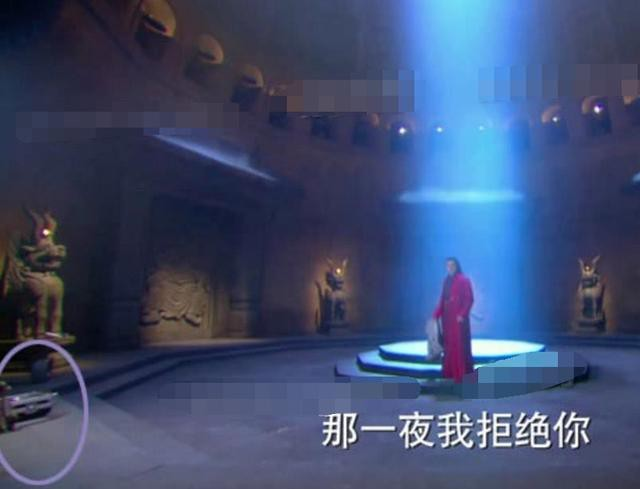 Lỗi cẩu thả trong phim cổ trang: Xuất hiện bóng đèn, vòng đu quay khổng lồ - Ảnh 4.