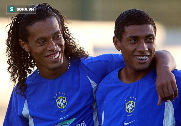 Lật kèo thôi chưa đủ, Ronaldinho còn khiến Man United nếm một trái đắng khác - Ảnh 1.